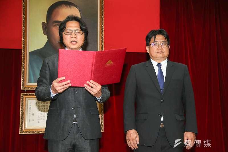 內政部長葉俊榮(左)主持營建署長交接典禮,右為新任署長吳欣修。(陳明仁攝)