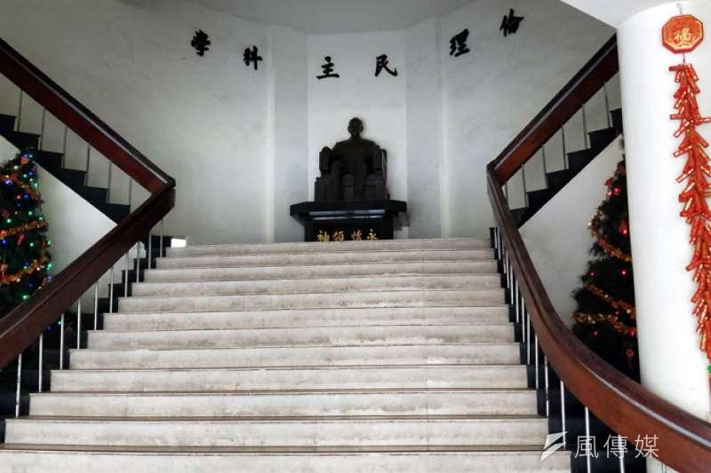進入基隆市警局,抬頭就看到蔣介石銅像。(圖/張毅攝)
