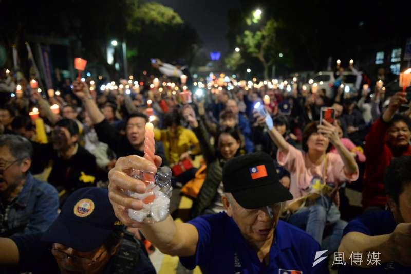 反年改團體八百壯士在立法院群賢樓外,以燭光晚會替繆德生集氣祈福。(甘岱民攝)
