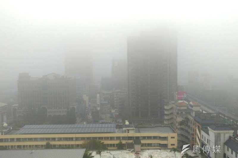 環保署表示,3日清晨因大氣擴散條件不佳,北部到台南地區空氣品質差,已達「紅害」等級,對全體民眾產生不良健康影響。(盧逸峰攝)