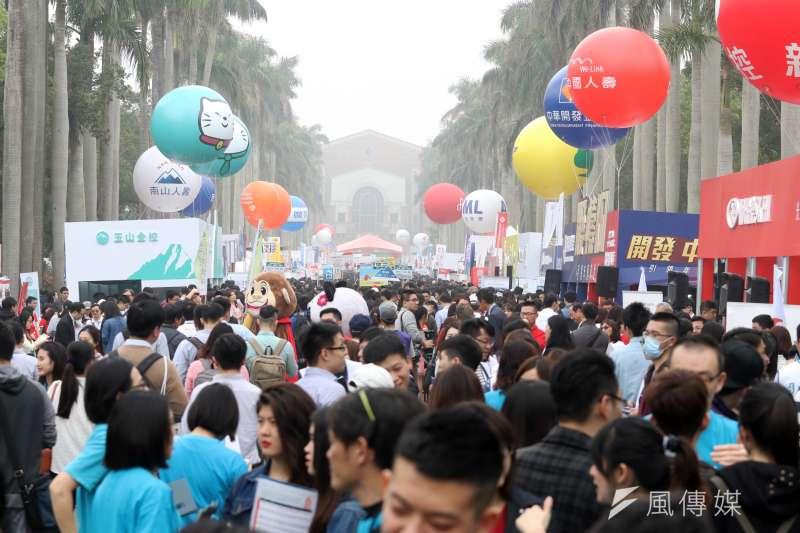 台灣大學校園徵才企業博覽會「跨界.創新.整合—驅動工作大未來」將於本周六(9)日在台大椰林大道登場,共有297家企業設攤,預計將提供超過2萬5千個職缺。(資料照,蘇仲泓攝)