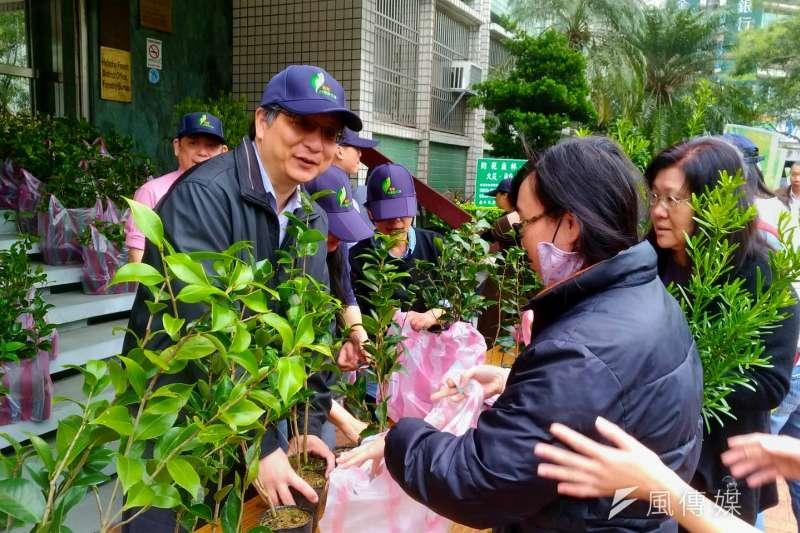 新竹林管處副處長黃群修(左)將樹苗贈予排隊民眾。(圖/方詠騰攝)