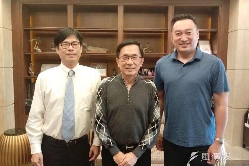 扁聯會成立,將支持友善候選人,圖為前總統陳水扁(中)和陳其邁(左)及其提拔的高市議員陳政聞合照。(取自網路)