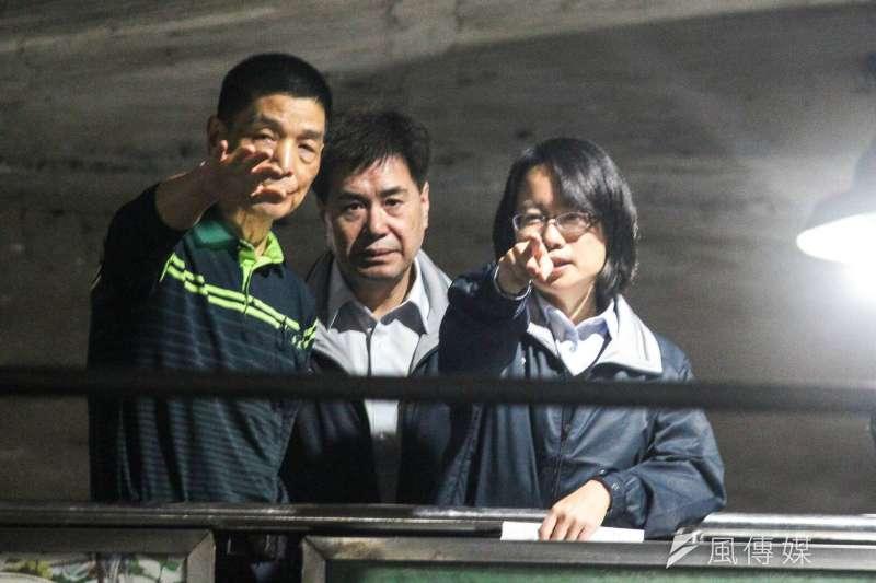 神隱多日的台北農產運銷公司總經理吳音寧(右),晚間突與農委會副主委陳吉仲一同出現在第一果菜市場。(方炳超攝)