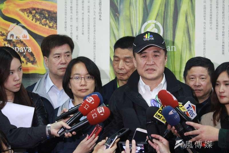 陳景峻(右)對於北農總經理吳音寧(左)表示全程有跟北市府報告,陳景峻回嗆「哪時候跟我報告?」 (方炳超攝)