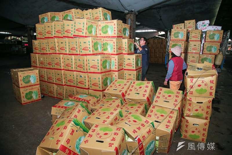 20180308-台北農產運銷公司連休風波,開市首日即景,蔬菜批發,運送,甘藍,包心菜及高麗菜,洋蔥,絲瓜。(陳明仁攝)
