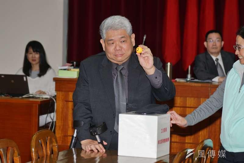 20180308-財政委員會召委選舉,立委王榮璋抽籤。(盧逸峰攝)
