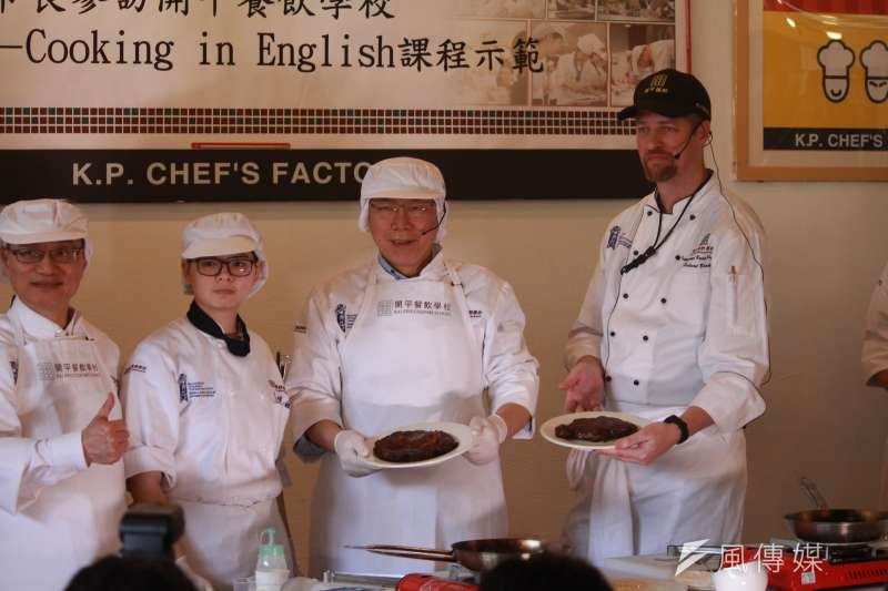台北市長柯文哲上午前往北市開平餐飲學校出席公開活動。(方炳超攝)