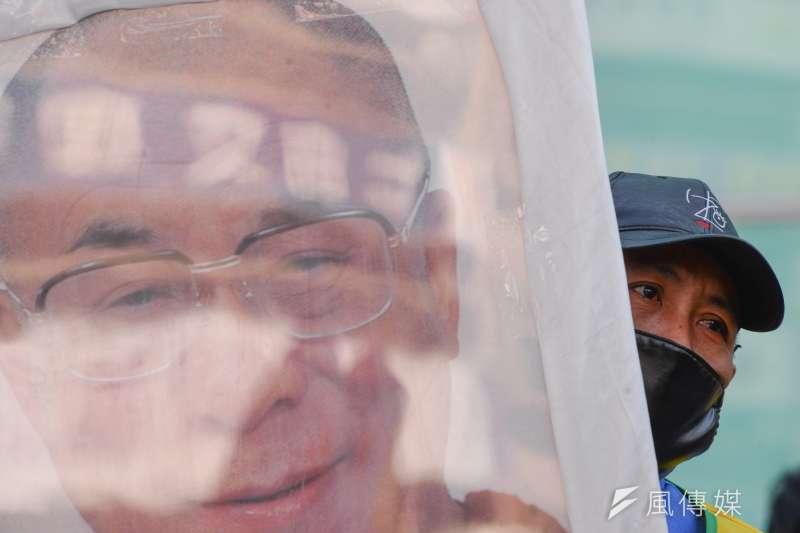 20180310-310西藏抗暴日59週年遊行,一名藏人拿著達賴喇嘛的頭像。(甘岱民攝)