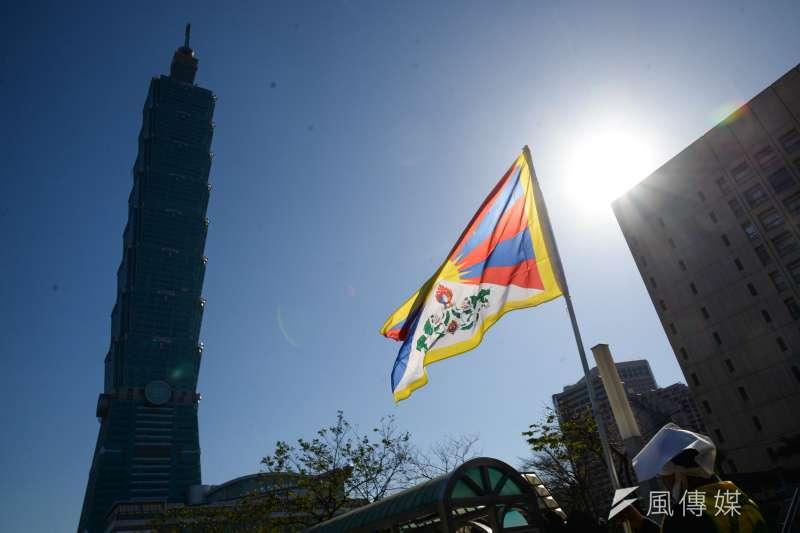 20180310-310西藏抗暴日59週年遊行,隊伍行經台北101大樓。(甘岱民攝)