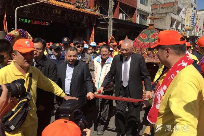 中國國民黨主席吳敦義扶著天宮媽祖婆鑾轎繞行新埔市區。(圖/方詠騰攝)