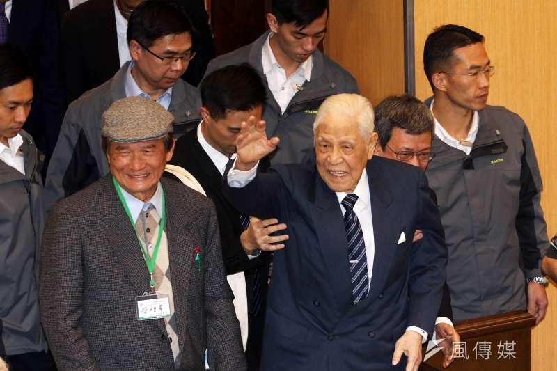 前總統李登輝9日晚間出席台灣之友會新春聯誼,說明柯文哲支持度達56%,力挺他連任,並直言「民進黨咁有人?」,讓民進黨相當尷尬。(蘇仲泓攝)