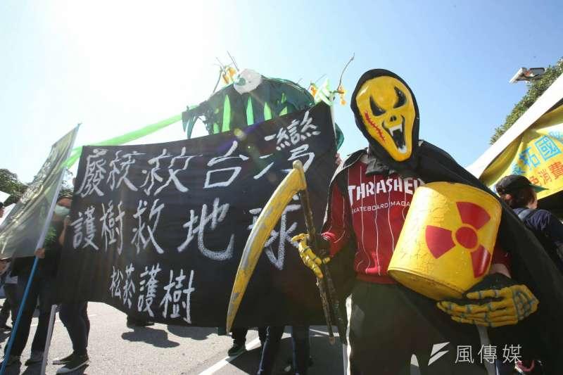311反核大遊行登場,公民團體遊行陳抗。(陳明仁攝)