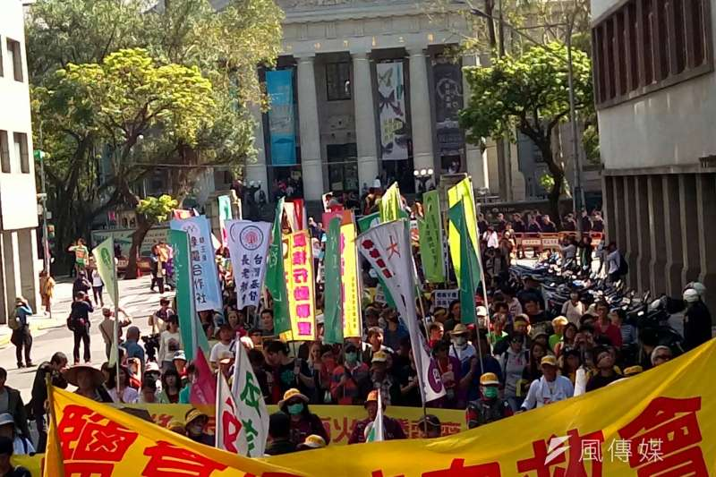 已完全執政的總統要上街參加反核遊行,讓人覺得錯亂,圖為去年反核大遊行。(陳明仁攝)