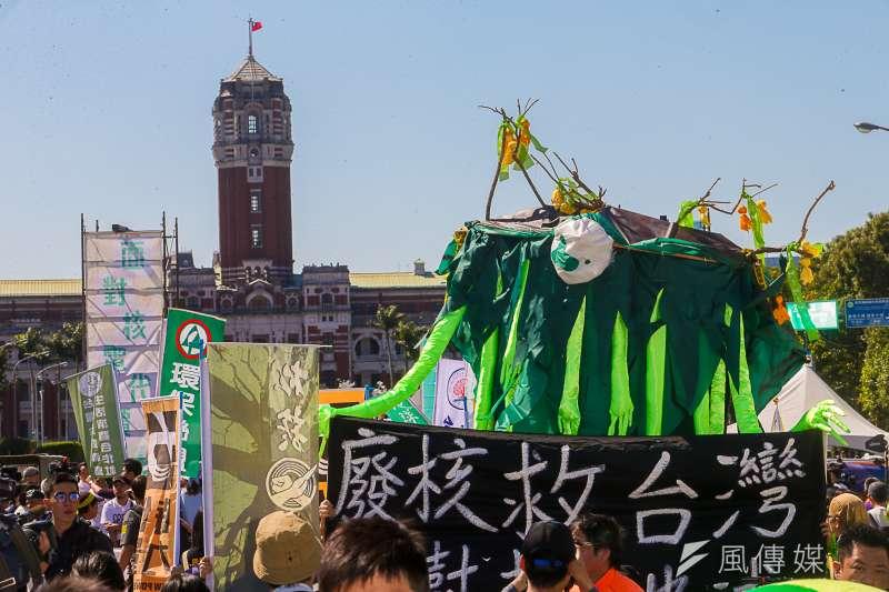 日本福島核災後,部分國家選擇廢核,也有國家選擇重啟或新建電廠。究竟核電是不是「大勢所趨」?示意圖為2018年的311廢核大遊行。(資料照,陳明仁攝)