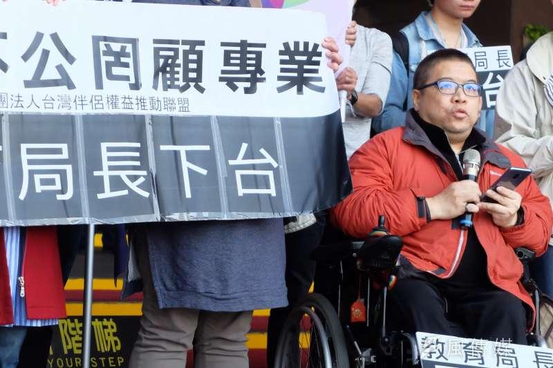 2018-03-12-擔憂反同家長將入主性別平等教育委員會,伴侶盟12日再赴北市府前抗議。手天使創辦人黃智堅vincent發言。(謝孟穎攝)