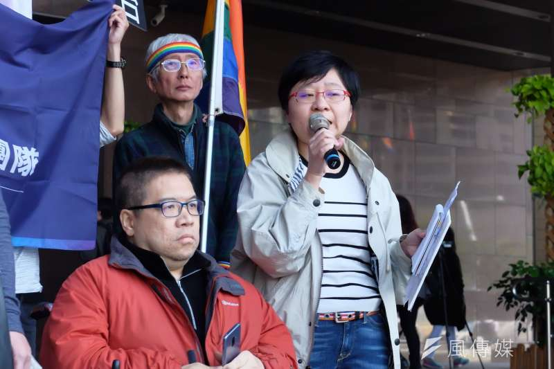 2018-03-12-擔憂反同家長將入主性別平等教育委員會,伴侶盟12日再赴北市府前抗議。伴侶盟秘書長簡至潔發言。(謝孟穎攝)