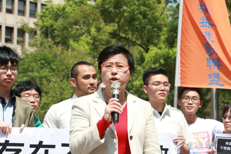 20180313-『抗議「反同志教育」公投』記者會,律師許秀雯發言。(陳韡誌攝)