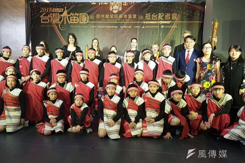 來自歐洲六國的8位木笛音樂家與新竹縣五峰桃山國小學童13日同台亮相。(圖/方詠騰攝)