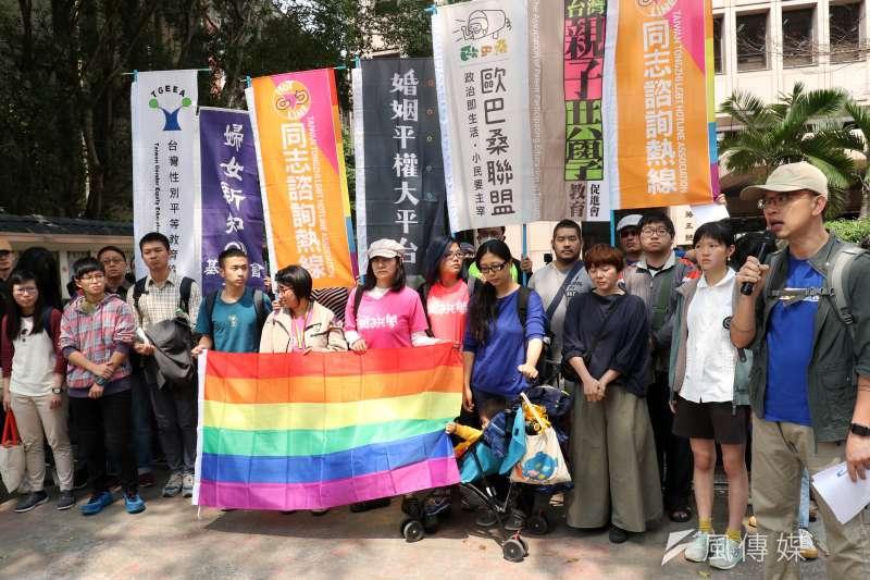 台灣同志諮詢熱線協會下午召開「勿讓公投成為仇恨工具 生師親一起守護同志教育」記者會,呼籲重視同志權益。(蘇仲泓攝)
