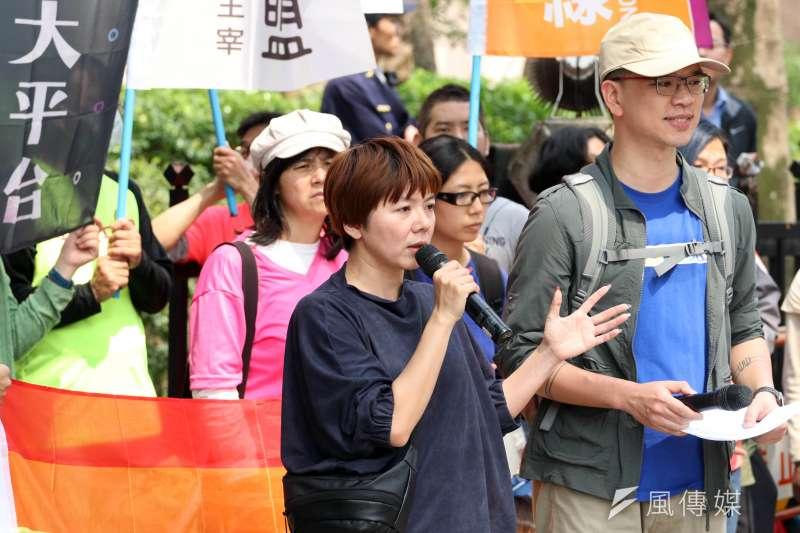 20180314-台灣同志諮詢熱線協會下午召開「勿讓公投成為仇恨工具 生師親一起守護同志教育」記者會。圖為歐巴桑聯盟成員何語蓉上臺發言。(蘇仲泓攝)