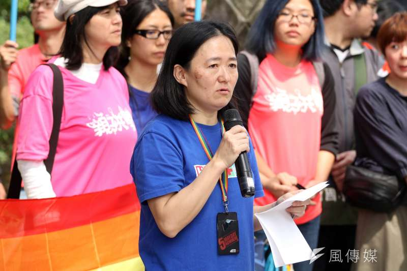 台灣同志諮詢熱線協會下午召開「勿讓公投成為仇恨工具 生師親一起守護同志教育」記者會。針對「反同志教育公投」,鷺江國小教師翁麗淑表示,「這樣的題目可以訴諸公投,是對同志的羞辱」。(蘇仲泓攝)