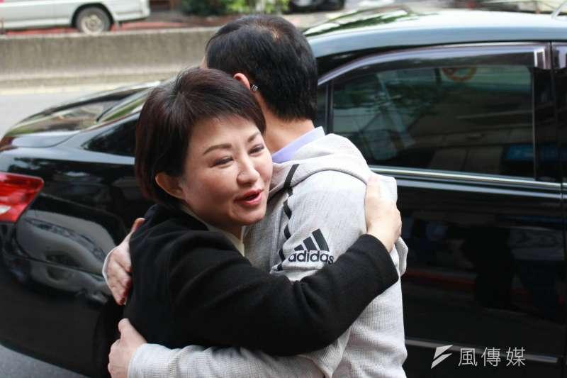 20180314-國民黨立委盧秀燕,向國民黨台北市長擬參選人丁守中打氣,給他鼓勵的抱抱。(方炳超攝)