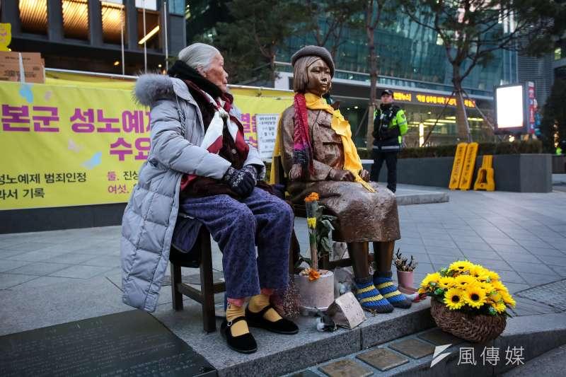 20180309-慰安婦專題,韓國首爾,中國慰安婦阿嬤陳連村於第15屆日軍性奴隸問題亞洲團結會議後,遊行至日本大使館和平少女像前與其合影。(顏麟宇攝)