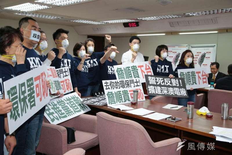 20180315-國民黨立委在衛環舉牌「詹順貴下台」。(顏麟宇攝)