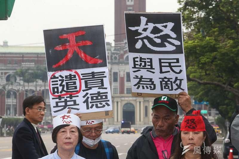 環團等團體在凱道,抗議蔡英文、賴清德強迫老朽核二2號機重啟,是啓動台灣核災末日鐘!(陳明仁攝)