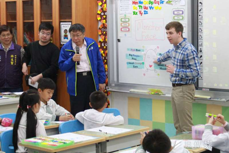為推動中小學雙語教育,台北市長柯文哲前往台北市文昌國小擔任一日英語老師。(方炳超攝)