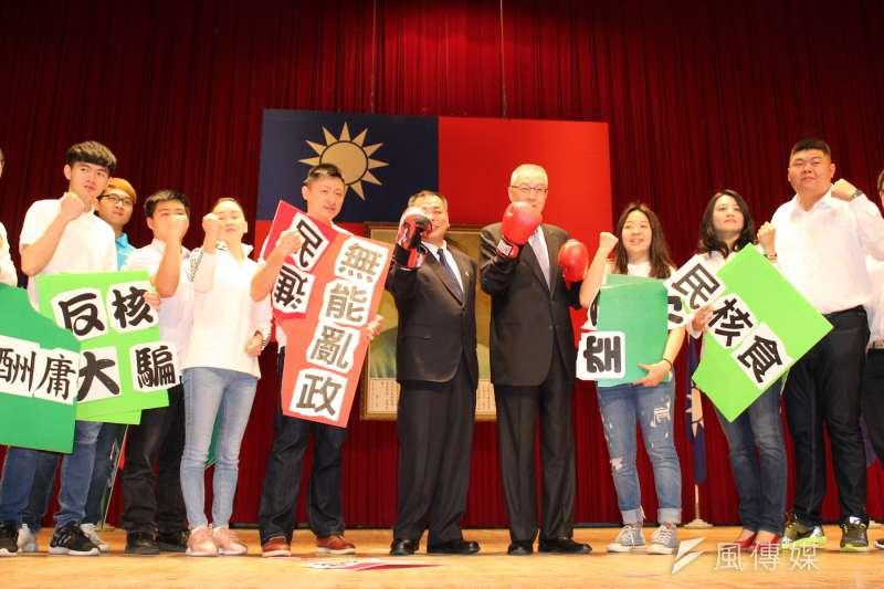 中國國民黨主席吳敦義擊破民進黨「無能亂政成績板」,呼籲全民與國民黨並肩作戰。(圖/方詠騰攝)