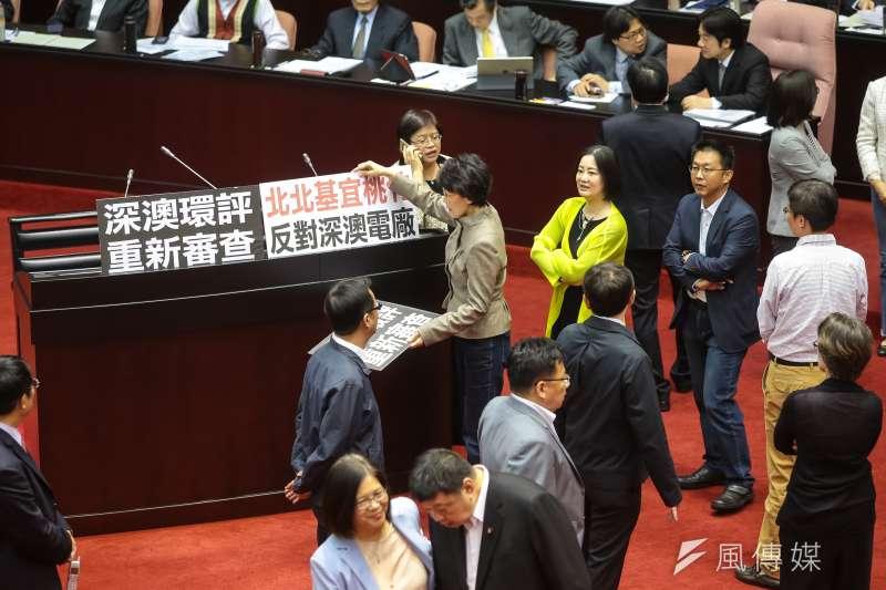 國民黨立委黃昭順20日於議場備詢台擺上「反對深澳電廠」標語。(顏麟宇攝)