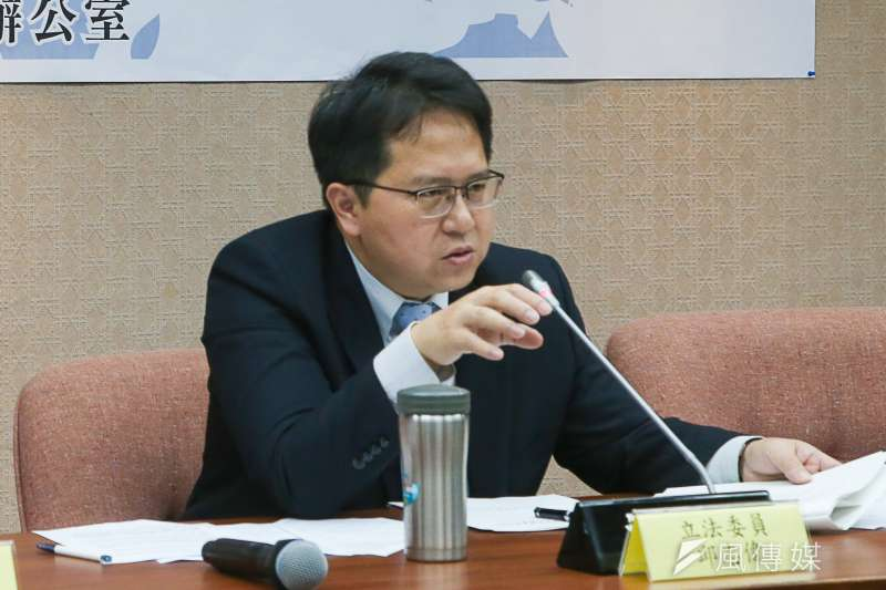 民進黨立委邱志偉提案修法,主張網路傳播「假新聞」關三天,引發爭議。(陳明仁攝)