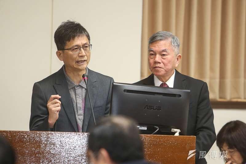 環保署副署長詹順貴(左)投下深澳電廠通過環差的關鍵一票,成為眾矢之的。(右為經濟部長沈榮津。陳明仁攝)