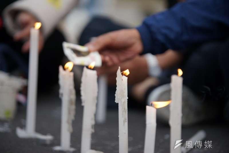 反年改團體於凱道抗議,並燃起燭光悼念繆德生。(盧逸峰攝)