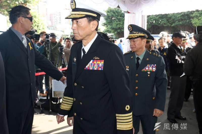 20180322-退役上校繆德生的家屬今日上午在第一殯儀館舉行告別式。參謀總長李喜明(左)與陸軍司令王信龍(右)出席。(蘇仲泓攝)