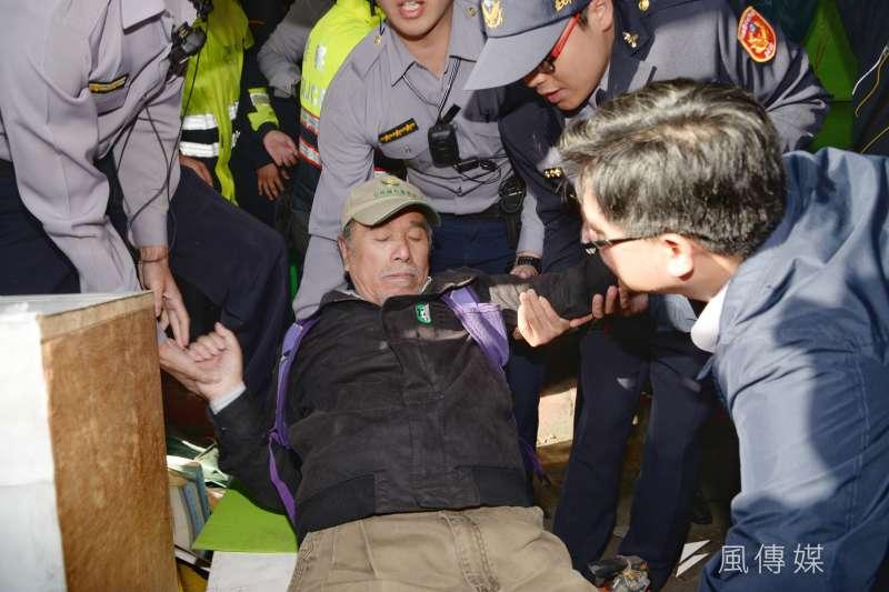 20180323-台北市政府23日下午派員拆除台灣公投護台灣聯盟促進會(公投盟)位在立法院旁的帳棚。圖為自由台灣黨主席蔡丁貴被抬走。(甘岱民攝)