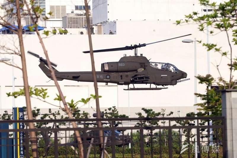 AH-1W眼鏡蛇攻擊直升機今日清晨降落在大直博愛營區內。(蘇仲泓攝)