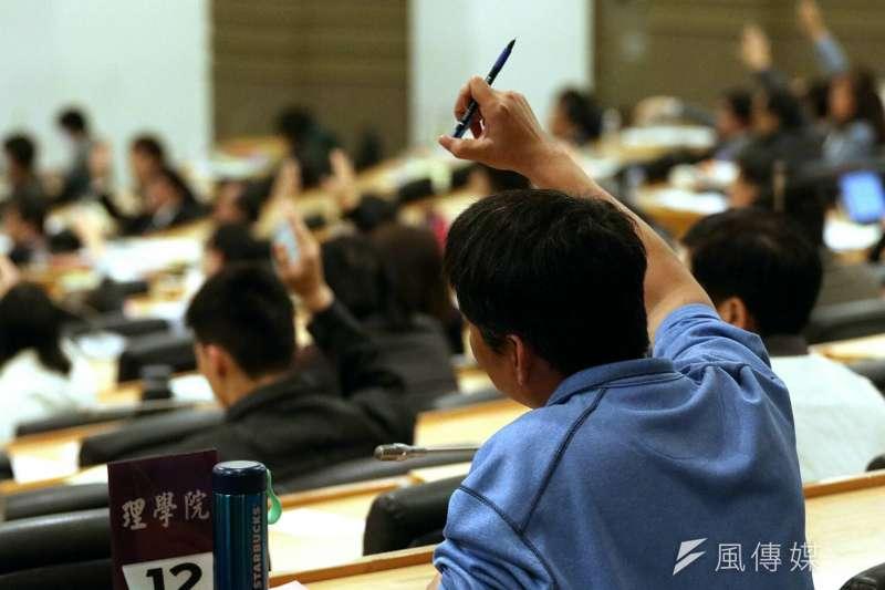 台灣大學校長當選人管中閔當選後引起軒然大波,台大24日召開校務會議,針對管中閔產生的疑義做釐清。(蘇仲泓攝)