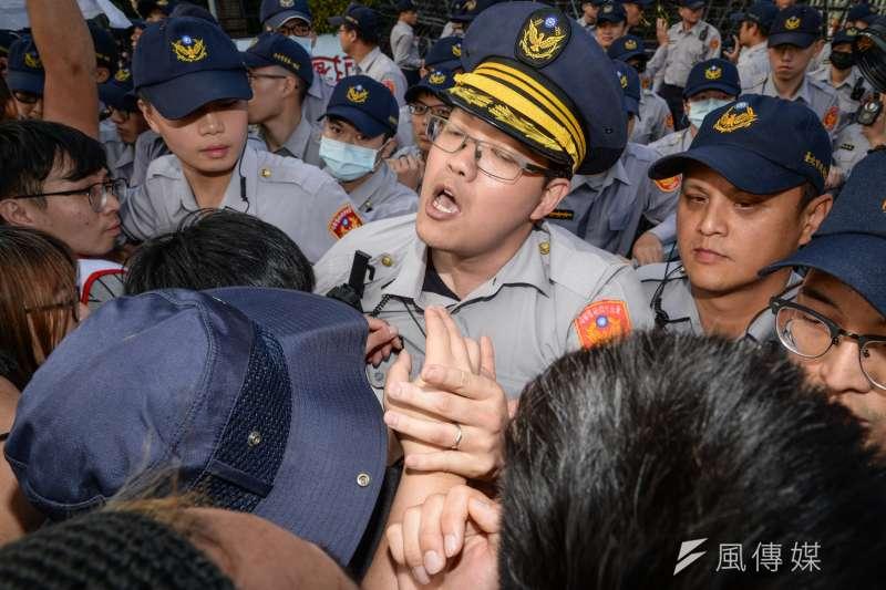 圖為大觀苦行,群眾與警察在行政院前衝突。(資料照片,甘岱民攝)