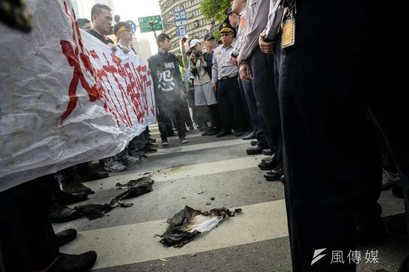 20180324-大觀苦行,自救會將旗幟點火後隨即被警察撲滅。(甘岱民攝)