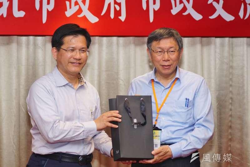 20180325-台中市長林佳龍與台北市長柯文哲互相致贈紀念品。(盧逸峰攝)