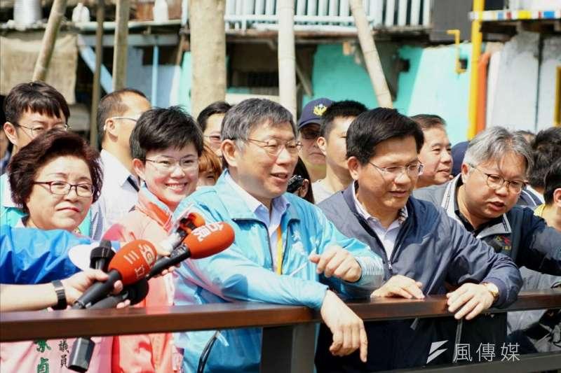 台北市長柯文哲25日前往台中視察,並在市長林佳龍陪同下參訪綠川,市議員邱素貞(左一)、市議員參選人陳俞融(左二)也「貼身」緊跟。(盧逸峰攝)