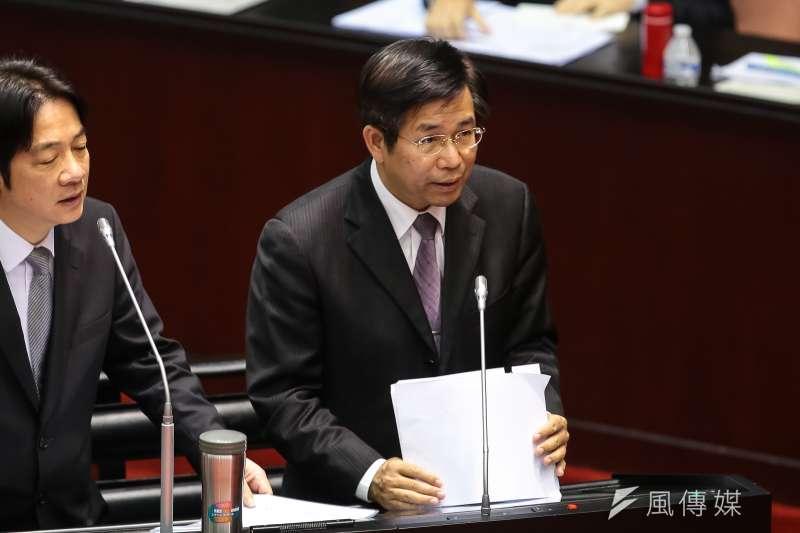 去年4月因台灣大學校長遴選案請辭的前教育部長潘文忠(右),將回鍋教育部。(資料照,顏麟宇攝)