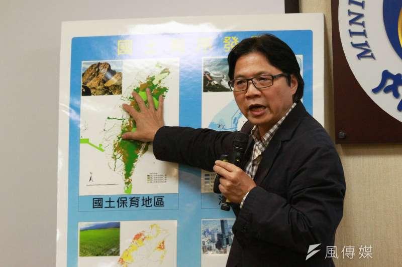 葉俊榮表示,《國土計畫法》是在前年5月1日、新政府上台前公告實施,該法針對國土計畫的實施訂定6年期程,第一階段的全國國土計畫,規定於今年5月1日以前完成。(陳韡誌攝)