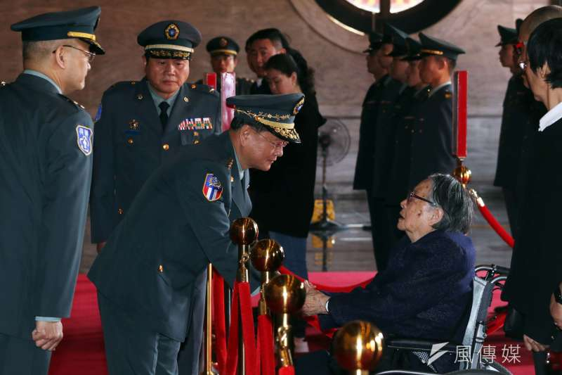 20180327-陸軍司令王信龍上將於入祠典禮後,向遺族代表致意。(蘇仲泓攝)