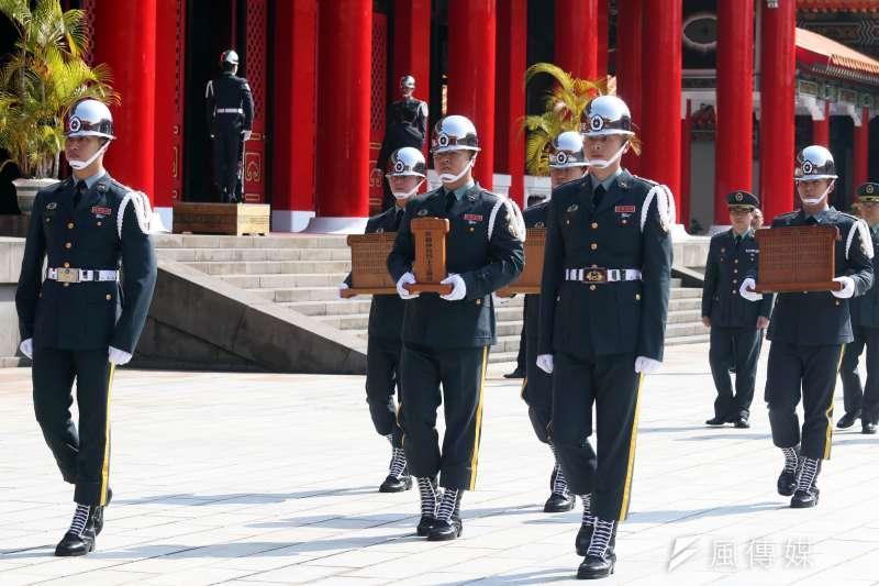 20180327-陸軍儀隊禮兵手捧烈士牌位,移靈至武烈士祠。(蘇仲泓攝)