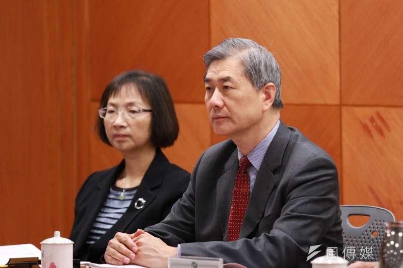 金管會主委黃天牧(右)宣布,銀行業接軌巴塞爾資本協定三(Basel III)等3大監理措施,都將延後實施。(陳韡誌攝)