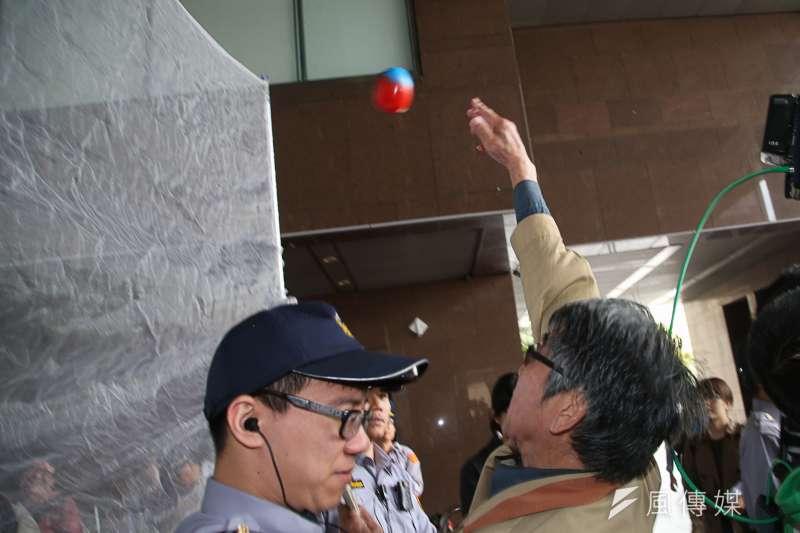 20180327-台灣國辦公室創辦人王獻極,率其成員到市府前抗議柯文哲市長「綠皮紅骨」,以「丟鞋哥出鞘,人人得而丟柯」,丟擲染紅的鞋子及「FXXX」球,和警方推擠。(陳明仁攝)